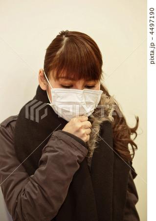 マスクをして咳をする女性 4497190