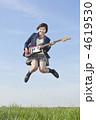 エレキギターを持ってジャンプする女子高校生 4619530