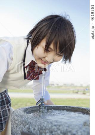 公園の水飲み場で水を飲む女子高校生 4619561