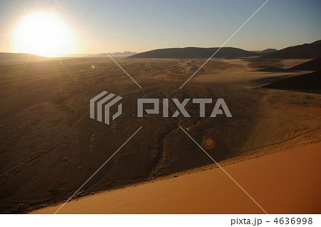 ナミブ砂漠から昇る朝日 4636998