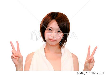 真顔/Vサイン/上半身/裸・素肌/エステ/美人/若い女性 4637054