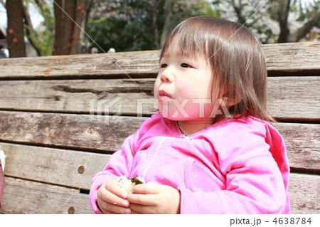 おにぎりを食べる女の子 4638784