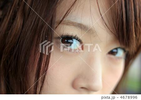 カメラ目線/鋭い眼光・綺麗な瞳・クローズアップ/若い女性の写真素材 ...