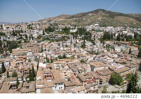 アルハンブラ宮殿からのグラナダの白い町並み 4696222