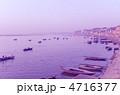 ガンジス川の朝焼け:インド・ヴァラナシ 4716377