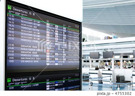 羽田空港国際線ターミナルの電光掲示板とチェックインカウンター 4755302