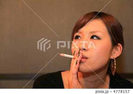 タバコを吸う若くて粋な女性(美人/屋内) 4778157