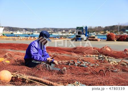 漁師(底建て網の修復作業) 4780339