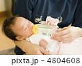 ミルクを飲む赤ちゃん 4804608
