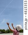 腕を伸ばす少女 4815353