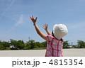 腕を伸ばす少女 4815354