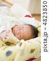 乳児 眠る 乳幼児の写真 4823850