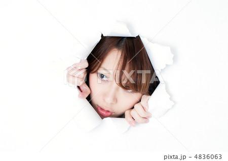 穴から覗く女性 4836063