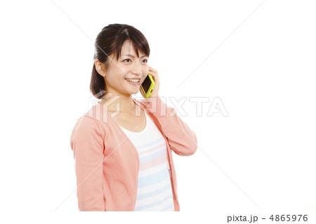 スマホで話す女性 モデル:大友 歩 4865976