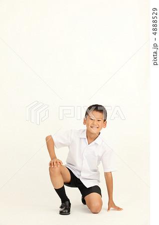 立膝ポーズの男の子 4888529