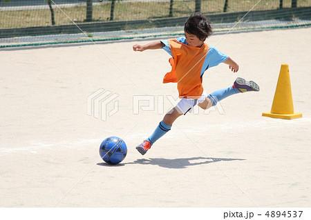 サッカー少年の躍動感あふれるキックシーン 4894537