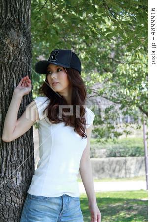 白Tシャツの美女 4899916