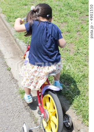 補助輪付き自転車 の写真素材 ...