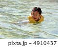 プールで泳ぐ幼児 4910437