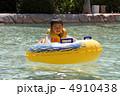 浮き輪にのる幼児 4910438