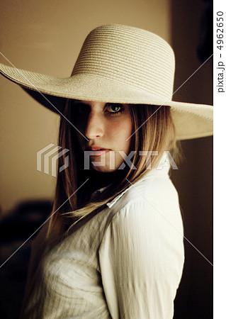 麦わら帽子をかぶった若い外国人女性(屋内) 4962650