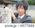 制服姿の男子高校生 4977888