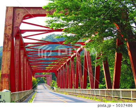 亀山湖に掛かる赤い橋(君津市/千葉県) 5037486