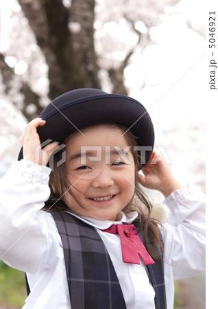 すべての講義 3歳児 勉強 : 園児 女の子 屋外の写真素材 ...