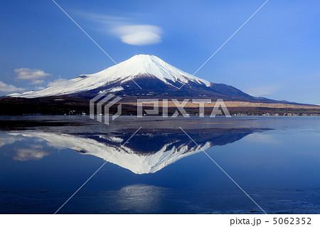 逆さ富士と笠雲 5062352
