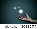 光の玉に触れる 5065275