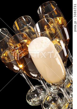 half empty glasses of champagneの写真素材 [5083731] - PIXTA
