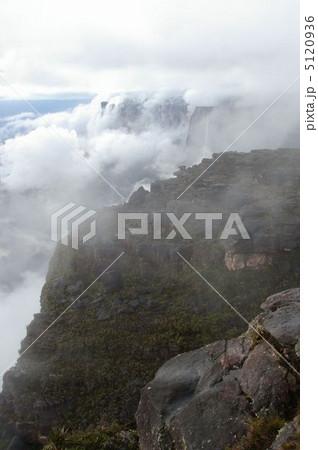 ロライマ山とクケナン山を流れ落ちる雲 5120936