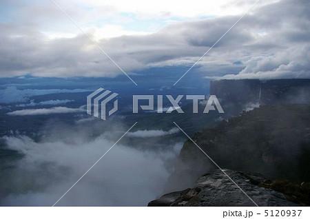 ロライマ山とクケナン山 5120937