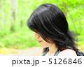 新緑と女性 5126846