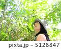 森林浴をする女性 5126847