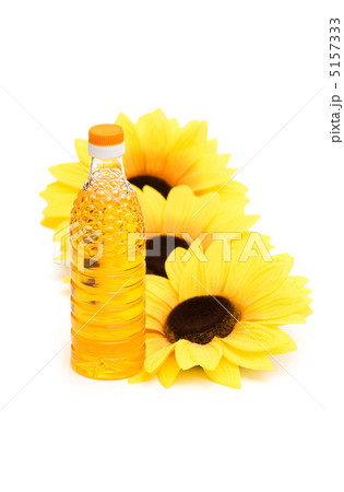 Three sunflowers and bottle of oil isolated on whiteの写真素材 [5157333] - PIXTA