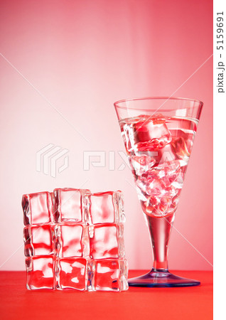 Water in the glass against gradient backgroundの写真素材 [5159691] - PIXTA