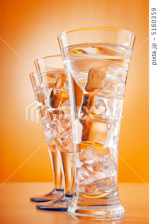 Water in the glass against gradient backgroundの写真素材 [5160359] - PIXTA