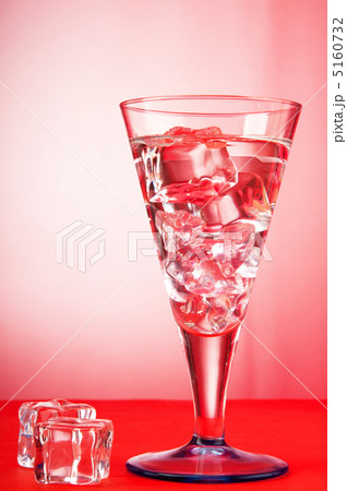 Water in the glass against gradient backgroundの写真素材 [5160732] - PIXTA