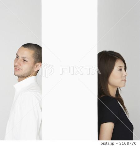 壁越しに背中を合わせる男女 5168770