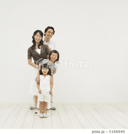 1列に並んで笑う家族 5168940