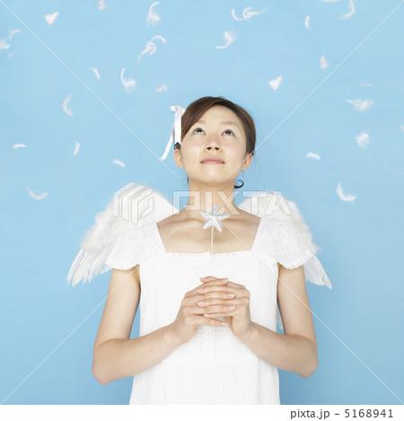 天使の格好をして見上げる女性 5168941