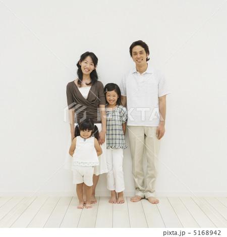 壁際に立って笑う家族 5168942
