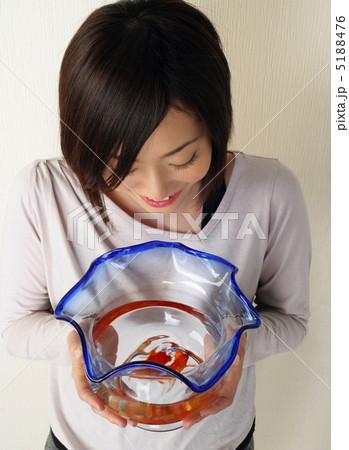 大人 金魚鉢 金魚の写真素材 [5188476] - PIXTA