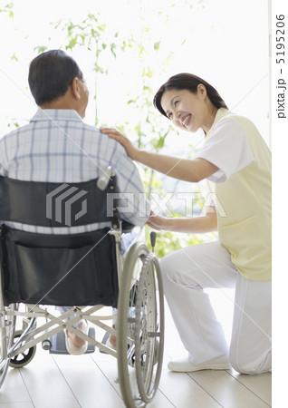 車椅子に乗った患者と女性介護師の写真素材 [5195206] - PIXTA