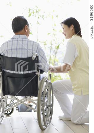 車椅子に乗った患者と女性介護師の写真素材 [5196630] - PIXTA