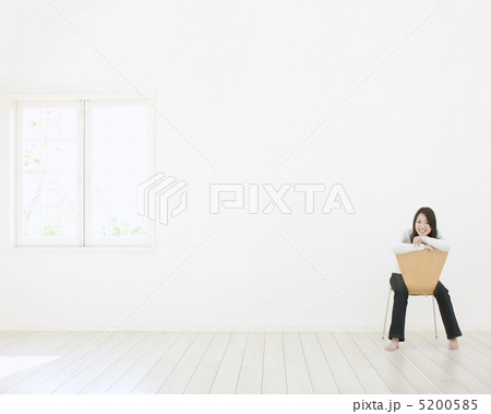 椅子にまたがって座る女性 5200585
