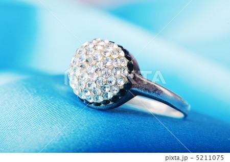 Jewellery ring on the satin backgroundの写真素材 [5211075] - PIXTA