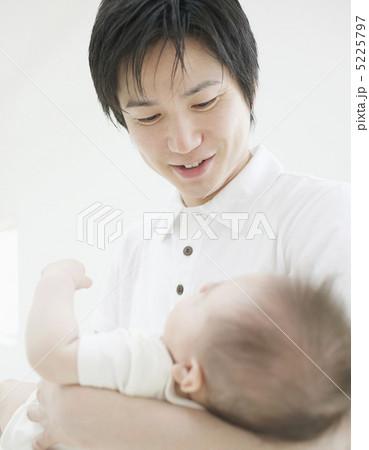 「赤ちゃん 抱きかかえる」の画像検索結果