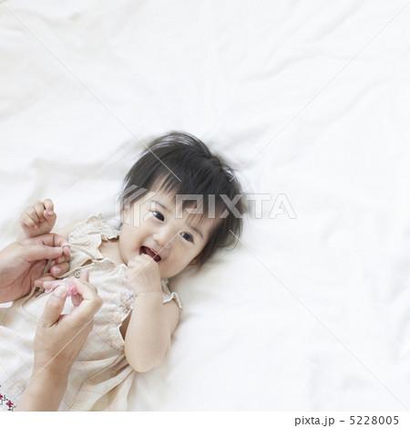 仰向けに寝る女の子 5228005